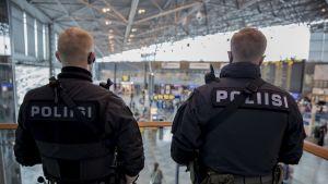 Poliisi päivystää lentoasemalla 21.8.2017.
