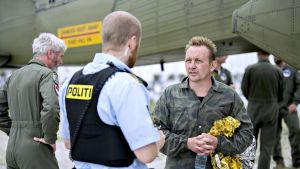 Peter Madsen kasvot kohti kameraa. Puhuu poliisin kanssa.