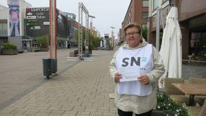 Merja Vilmilä on Sauli Niinistön kannatuskorttien keräyksestä vastaavan kannatusyhdistyksen kampanjavastaavana Rovaniemellä.