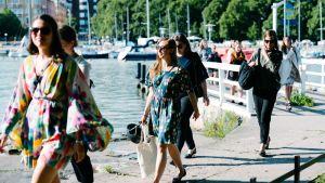 Naisia saapumassa Ompeluseura-verkoston illalliselle Uunisaareen heinäkuussa.