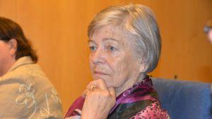 Kokkolalainen Maire Hassel kuuntelee asiakasraadin muita jäseniä.