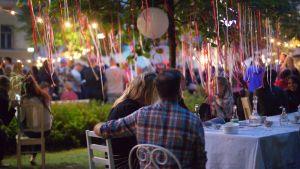 Salaisessa puutarhassa nautittiin piknik-herkkuja Kaartin lasaretin pihalla elokuussa 2016.