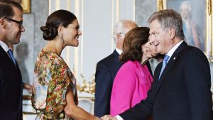 Prinssi Daniel ja kruununprinsessa Victoria kättelevät presidenttiparia.