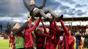 Östersundsin joukkue juhli Eurooppa-liigapaikkaa. Myös valmentaja Graham Potter sai osansa.