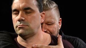 Mies halaa toista miestä.