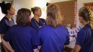 Opiskelijoita perehdytetään Oulaskankaan sairalaan synnytysosaston toimintaan kesällä 2017.