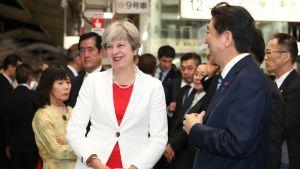 Kuvassa ovat etualalla Britannian pääministeri Theresa May ja Japanin pääministeri Shinzo Abe.