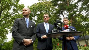 Ministerit Sampo Terho, Juha Sipilä ja Petteri Orpo budjettiriihessä Kesärannassa 30. elokuuta.