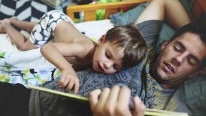 isä lukee lapselleen
