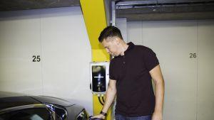 Jussi Roine laittaa sähköauton latukseen