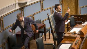 Vihreiden kansanedustaja Ozan Yanar ja SDP:n Timo Harakka Eduskunnan istuntosalissa.