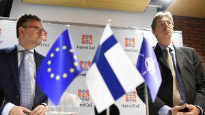 EU:n turvallisuusunionista vastaava komissaari Julian King (vas.) ja Naton apulaispääsihteeri Arndt Freytag von Loringhoven Hybrid Challenge 2017 -seminaarissa Helsingissä 6. syyskuuta