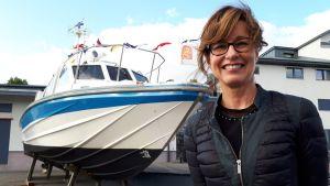 Assi Koivisto avasi presidenttien veneitä esittelevän näyttelyn Forum Marinumissa, Turussa. Kultaranta VII -veneessä karkoitettiin tylsyyttä korttia pelaamalla.