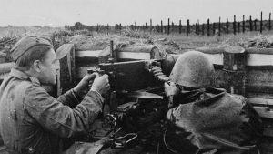 Kaksi sotilasta taisteluasemissa