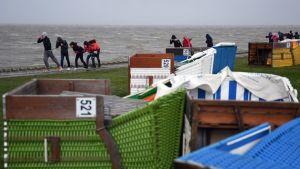 Lapset yrittävät suojautua kovalta tuulelta  Norddeichin rannikolla Pohjois-Saksassa.