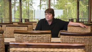 Yrittäjä Pirjo Ronkainen Paltamo Golfin kahvilassa.