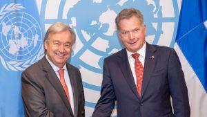 Presidentti Sauli Niinistö ja YK:n pääsihteeri Antonio Guterres kättelevät YK:n uudistamista koskevan kokouksen yhteydessä New Yorkissa maanantaina 18. syyskuuta .