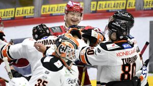 HPK:n Niklas Friman, Antti Karjalainen ja Teemu Turunen käsirysyssä HIFK:n Lennart Petrellin kanssa.