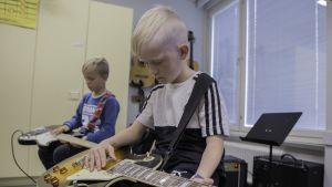 Ekko Pakkanen ja Niilo Käenmäki basson ja kitaran varressa.