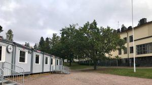 Vuokkoharjun koulu ja parakkeja