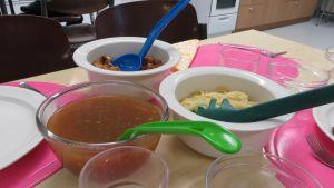 Spagettia makkarakastikkeella ja jälkiruuaksi omenakiisseliä