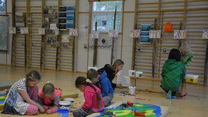 Koululaiset rakensivat lego-taloja kangassaarille. Mallina olivat Velkuan oikeat saaret.