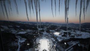 Näkymä Pyeongchangin olympiakisojen mäkihyppystadionista.