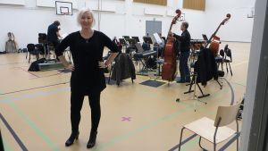 Oopperaohjaaja Laura Åkerlund.