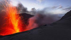 Tulivuoren kraatterista purkautuvaa laavaa