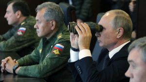 Kuvassa Venäjän presidentti Vladimir Putin katsoo kiikareilla Zapad 2017 -sotaharjoitusta Lugassa Pietarin eteläpuolella. Taustalla puolustusministeri Sergei Shoigu.
