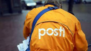Postinkantaja työssään.