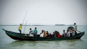 Rohingya-pakolaisia veneessä.