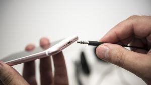 3,5 mm stereoliitin ja kännykkä USB-C liitännällä.