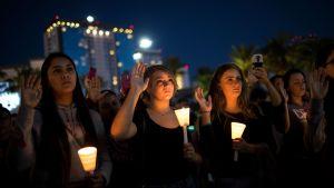 Ihmiset kokoontuivat kunnioittamaan ammuskelussa menehtyneiden ihmisten muistoa Las Vegasissa 2. lokakuuta.