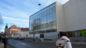 Ihmiset kulkevat kadulla Turun pääkirjaston edessä.