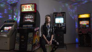 Pelikeräilijä Paolo Carrassi omassa Pop-up pelihallissaan Kuopiossa.