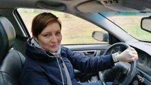 Katja Palosaari auton ratissa.