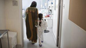 Syyrialainen äiti pitää kädestä 7-vuotiasta, haavoittunutta tytärtään Zivin sairaalassa 11. tammikuuta 2017.