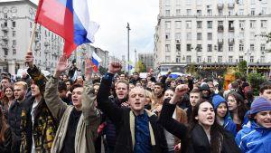Mielenosoittajia kadulla Putinin syntymäpäivänä Moskovassa.
