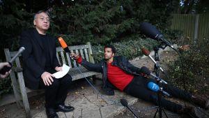Japanilaissyntyinen brittikirjailija Kazuo Ishiguro voitti kirjallisuuden Nobel-palkinnon 5. lokakuuta. Kuvassa Ishiguro lehdistön ympäröimänä puutarhassaan Lontoossa.