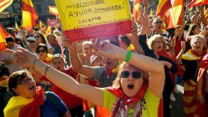 Espanjan yhtenäisyyttä kannattavia mielenosoittajia Barcelonassa
