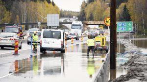Tulvavettä Turun moottoritiellä keskiviikkoaamuna.