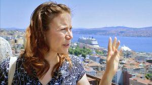 Toimittaja Ayla Albayrak.