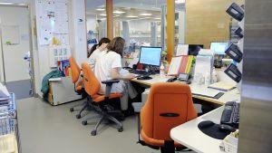 sairaanhoitajia toimistossa