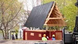 Oulun tuomiokirkon pihalle  nousee pikkukirkko lapsille.