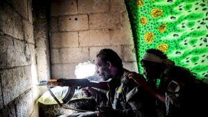 SDF-joukkojen taistelijoita Raqqassa 5. lokakuuta.