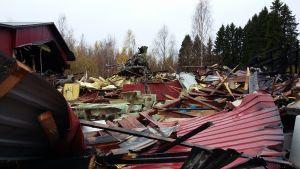 Tulipalossa tuhoutuneen Suvi-veneet Oy:n teollisuushallin raunioita Savonlinnan Silvolassa
