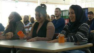 Maahanmuuttajanaiset laulavat ja nauravat yhtä aikaa