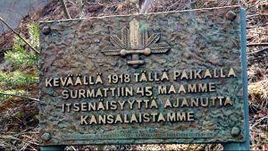 Valkoisten muistomerkki Korian sillan kupeessa.