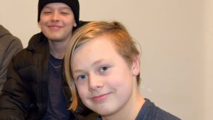kaksi nuorta poika yhteiskuvassa